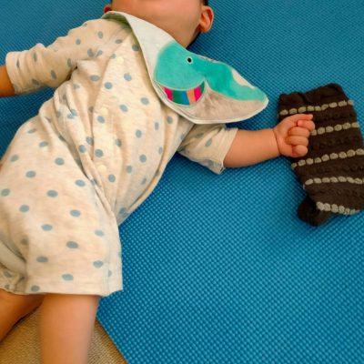 5ヶ月の赤ちゃんがぐずってしまう理由について。足元への認識とは。